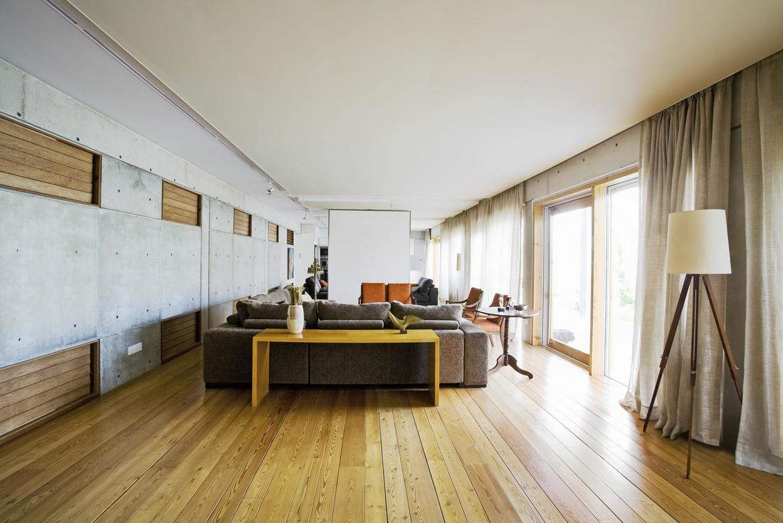 hardwood-floor-in-a-modern-room